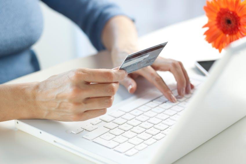 E-Commerce-News: Deutsche Einkaufsgewohnheiten, Social Commerce lebt, Shopsysteme, Payment [Update]