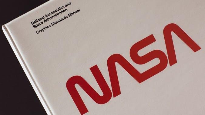 Klassiker des Logo-Designs: Kickstarter-Kampagne lässt altes Grafikhandbuch der NASA wieder aufleben