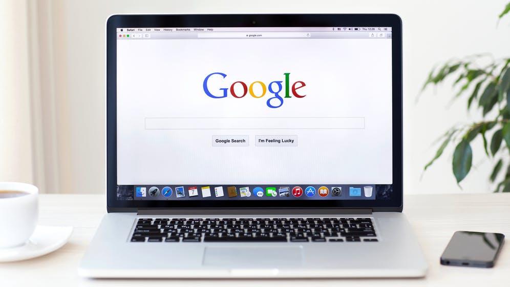 Was passiert, wenn ihr google.com in die Adresszeile eingebt? Hier ist die wunderbar detaillierte Antwort