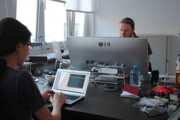 Uberspace-Admins Micoto Szillat (l.) und Daniel Heitmann teilen sich ein Büro in Düsseldorf. Das restliche Team arbeitet verteilt und kommuniziert hauptsächlich über Slack. (Foto: Caspar Tobias Schlenk)