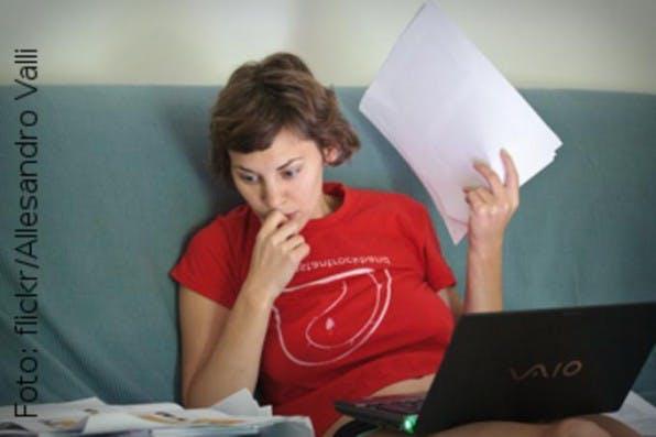 Auch flexible Arbeitsumgebungen und ein gelegentlicher Tapetenwechsel helfen dabei, sich auf das Wesentliche zu konzentrieren. Warum also nicht ab und an relaxt auf dem Sofa produktiv sein?