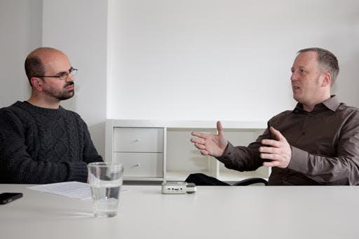 Podcaster Tim Pritlove im Gespräch mit t3n-Redakteur Luca Caracciolo in den Redaktionsräumen von t3n in Hannover.