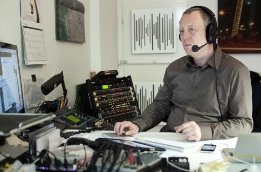 "Tim Pritlove in seinem Podcast-Studio in Berlin. Hier entstehen unter anderem mobileMacs und ""Not Safe For Work""."