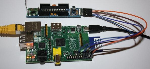Der Rasperry Pi (unten) eignet sich hervorragend als Zentrale für die Heimautomatisierung. Der Mini-Computer lässt sich sehr einfach mit einer JeeNode verbinden.