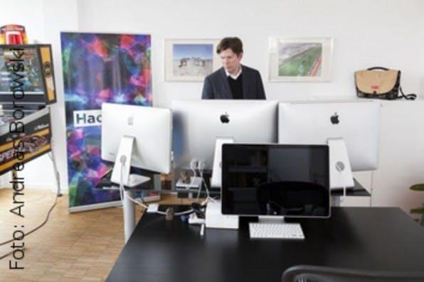 Überraschend bunt sieht es in Lars Hinrichs' Büro bei HackFwd aus. Von hier aus fördert er technikgetriebene Startups.