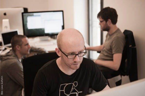 Der Designer Martin Kaniut ist in den Münsteraner Büro-Räumen allein unter Ent- wicklern. (Bild: Uwe Sülflohn)