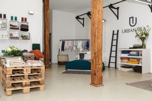 Der Showroom von Urbanara in Berlin gibt einen Überblick über die Produktpalette der Marke. Handtücher und Bettwäsche gehören beispielsweise dazu.