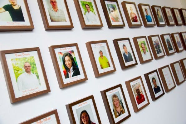 Die Mitarbeitergalerie im Hauptsitz von wywy in München wird derzeit stark erweitert. Hier findet sich jedes Team-Mitglied mit seinem Bildchen.