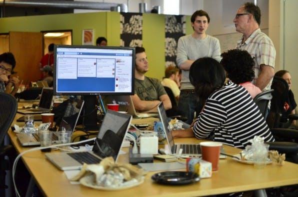 Teamarbeit und kreatives Chaos: Die Arbeitskultur junger Unternehmen sollte ein Vorbild für die Etablierten sein. (Foto: Philippe Lewicki / Flickr)