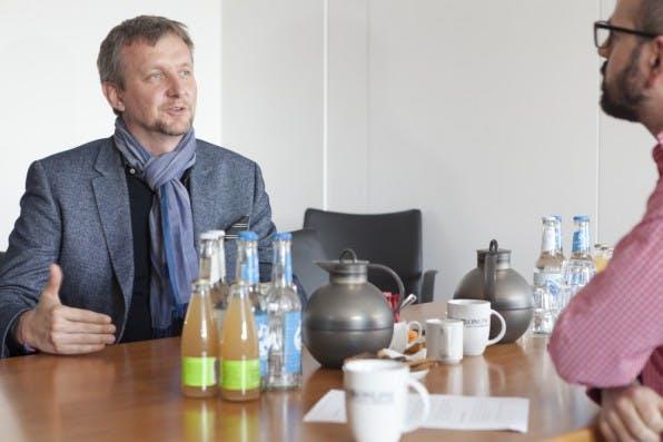 """Jochen Wegner im Gespräch mit Print-Redaktionsleiter Luca Caracciolo: """"Wir wollen mit Zeit Online eine Art Ruhepol im Netz sein."""""""