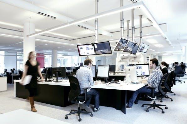 Der Newsroom von Zeit Online in Berlin: Entwickler und Redakteure sitzen im gleichen Raum.