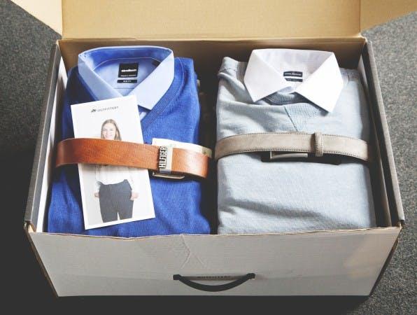 Eine typische Outfittery-Box besteht aus mehreren Outfits, Schuhen und einer persönlichen Notiz der Stylistin. (Foto: Dimitri Hempel)