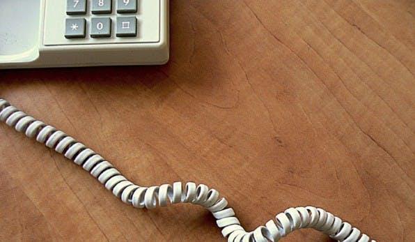 Bewusst nicht erreichbar zu sein – das kostet viele Menschen bereits Überwindung. Einige Konzerne unterstützen ihre Mitarbeiter inzwischen dabei, um Stresserkrankungen wie Burn-Out vorzubeugen. (Foto: enc1987 / Photocase)