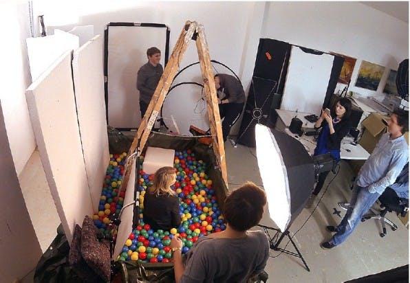CEO im Bällebad: Amorelie-Mitgründerin Lea-Sophie Cramer beim Fotoshooting in Hannover. (Foto: t3n)