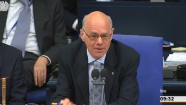 """Trägt seine eigene Überwachung """"mit Fassung"""": Norbert Lammert witzelt im Bundestag – ist er vielleicht selbst schon ohnmächtig? (Screenshot: yotube.com)"""