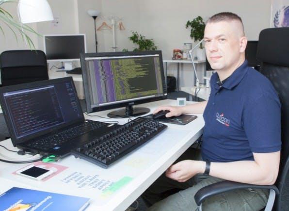IT-Consultant Marko Riegel ist Autist. Im Januar 2011 bescheinigt ihn das Arbeitsamt für arbeitsunfähig – heute arbeitet er als IT-Consultant bei Auticon. (Foto: Björn Wiedenroth / auticon)