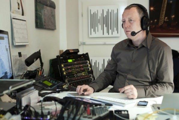 """Tim Pritlove in seinem Berliner Studio, die """"Metaebene"""". Wenn er gerade nicht Podcasts aufnimmt, treibt er das mittlerweile von sehr vielen Podcastern eingesetzte Podlove voran. (Foto: Dimitri Hempel)"""