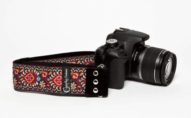 Der Kameragurt Sharety Strap charakterisiert die Gründerinnen Anne und Christina perfekt. Er symbolisiert nicht nur ihre Reiselust, sondern auch ihren meschnlichen Business-Ansatz. Mit einem Anteil der Erlöse aus dem Verkauf unterstützt Designstraps erblindete Kinder in Bangladesch.