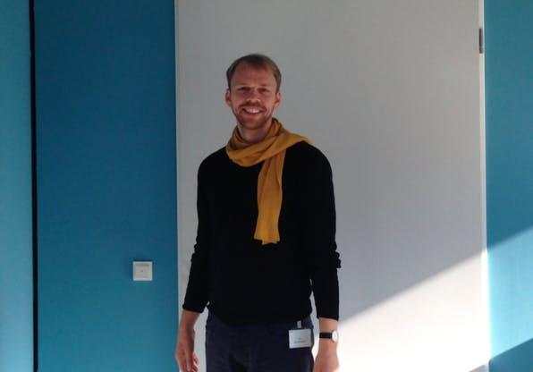 """Moderator zwischen Konzern und Kreativszene: Wolf Jeschonnek leitet das Fab Lab Berlin. """"Innovationen, die Unternehmen voranbringen, entstehen nicht unbedingt in den eigenen Reihen"""", sagt er. (Foto: Florian Alexander Schmidt)"""
