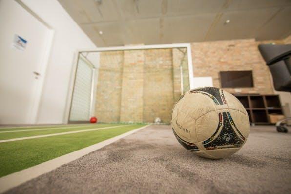 Bei Onefootball dienen Ball und Tor nicht nur zur Mitarbeiter-Belustigung. Das Startup hinter der populären Fußball-App präsentiert durch seine Einrichtung auch Partnern und Investoren seine Liebe zum Rasensport. (Foto: Michael Hübner)