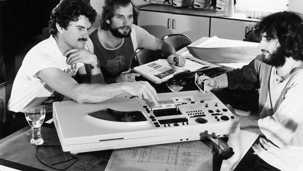 Nicht nur Apple: Hartmut Esslinger zeichnete mit seinen beiden Mitarbeitern Andreas Haug and Georg Spreng (von links nach rechts) auch für das Design der Kompaktanlage Wega Concept 51K verantwortlich. (Foto: frogdesign)