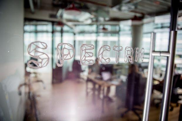 In der Firmenzentrale von Spectrm arbeiten Max Koziolek, Jendrik Höft und Markus Stellenberg an einem neuen Distributionskanal für Medien. Die drei Gründer sind 2015 mit ihrer Idee gestartet, zunächst auf Whatsapp. Doch der newsletterartige Dienst verstieß gegen die AGBs. (Foto: Michael Hübner)
