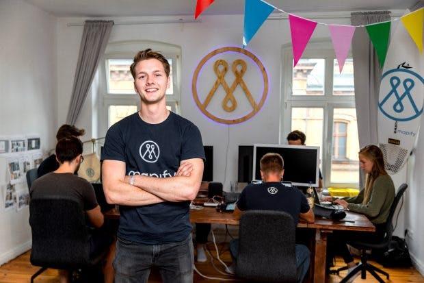 Mapify-Gründer Patrick Häde: Der 24-Jährige hat eine App entwickelt, die Individualreisen anhand von Urlaubsfotos planbar macht. Der Reisekonzern Tui lud ihn kürzlich in die Zentrale nach Hannover ein. (Foto: © Michael Hübner)