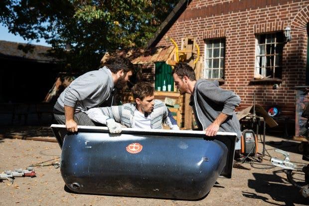 Kliemann und seine Freunde wollen eine Badewanne an einen Motorbuggy montieren. Dabei geht so einiges schief. Die Abonnenten auf Youtube freut's. (Foto: © Jan-Helge Petri)