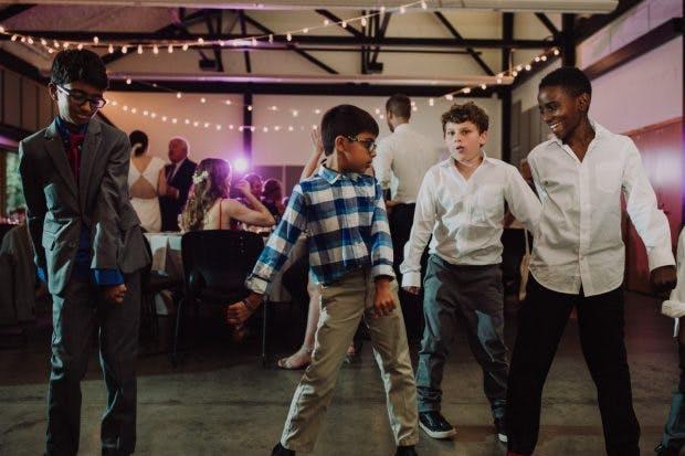 """Vier Jungs führen auf einer Hochzeit gemeinsam den berühmten """"Floss""""-Tanz aus Fortnite auf. Sie kannten sich vorher nicht. (Foto: Riley McLean)"""
