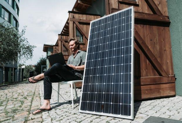 """In der Green Garage, einem Inkubator für Cleantech-Startups in Berlin, werden ausrangierte Solaranlagen zweitverwertet und zu Handyladestationen umgerüstet. Suncrafter-Mitgründer Bryce Felmingham sagt: """"Bis zum Jahr 2050 produziert die Industrie rund 80 Millionen Tonnen Solarschrott."""" (Foto: Michael Hübner)"""