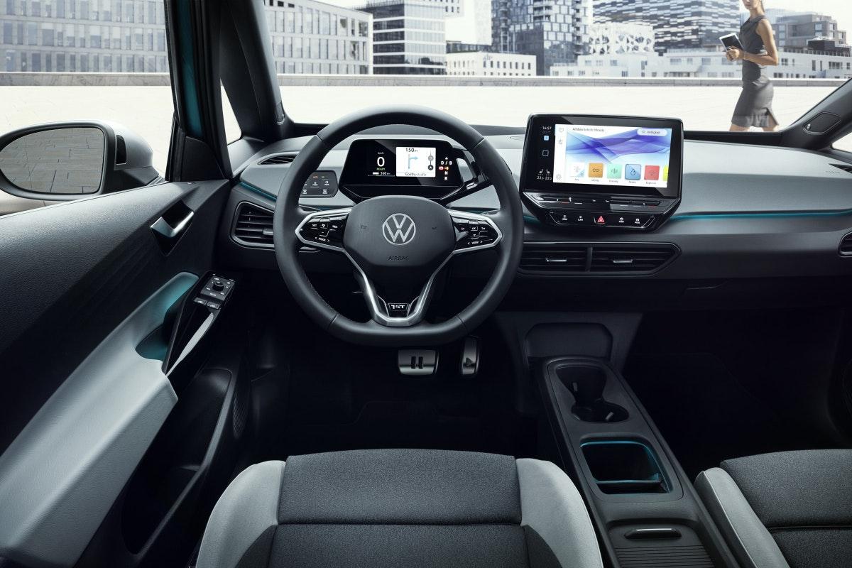 """Noch arbeiten in vielen Autos bis zu acht verschiedene Betriebssysteme: """"Wenn man das zukünftig nicht auf einer Plattform umsetzt, dann wird man regelmäßige Updates eigentlich niemals gewährleisten können"""", sagt VW-Manager Christian Senger. (Fotos: Volkswagen AG)"""