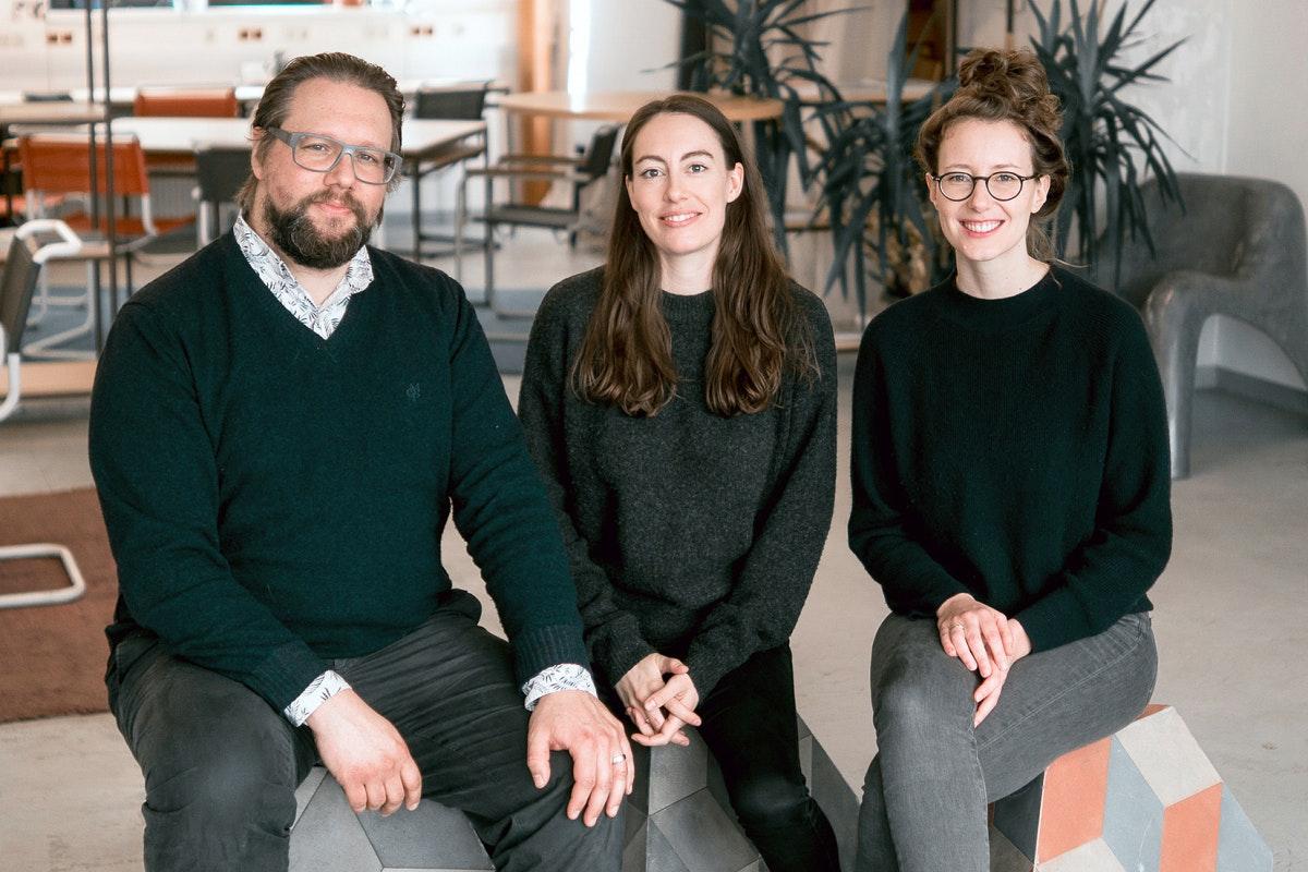 Talent kennt kein Alter, sind die Jobvermittler von Wisr überzeugt. Das Team um Martin Melcher, Carina Roth und Klaudia Bachinger (von links nach rechts) sieht insbesondere die soziale Kompentez von Senioren als Stärke. (Foto: Wisr / Timar Batis)