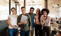 Diversität in Teams: Wie Unternehmen queere Mitarbeiter unterstützen sollten