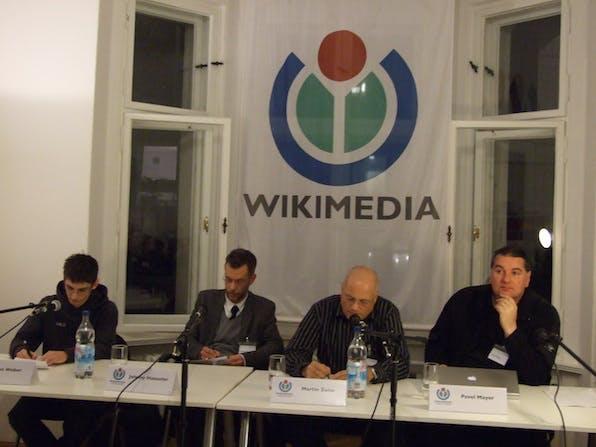 Podium der Diskussionsrunde: Leon Weber, Wikipedianer, Johnny Haeusler, Spreeblick.com, Martin Zeise, Wikipedia-Admin, Pavel Mayer, Blogger.