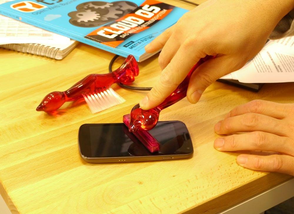 Die Reinigungstwins sind keine Apple-Fanboys. Hier reinigen sie sogar ein Riesen-Display-Android-Handy (Galaxy Nexus).