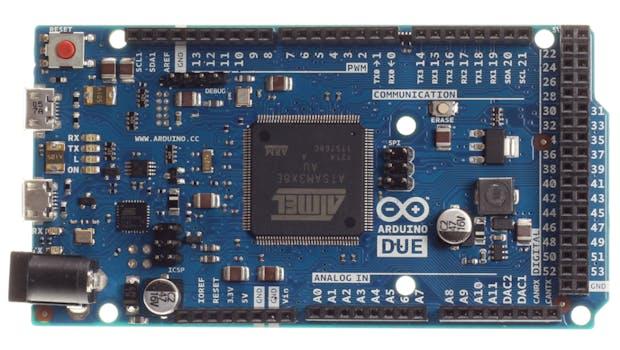 Die Front eines Arduino Due: In der Mitte sitzt der Mikrocontroller, am Rand finden sich die GPIO-Anschlüsse.