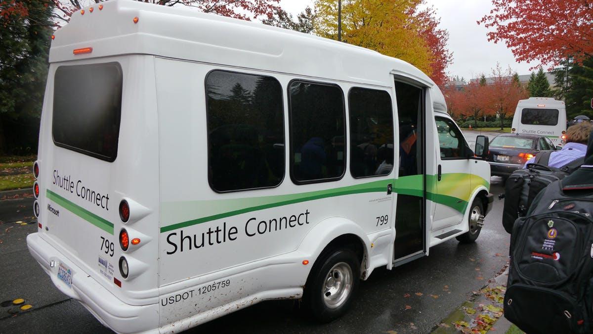 Die Connector-Shuttles bringen Mitarbeiter auf dem Campus von A nach B sowie in die umliegenden Städe.