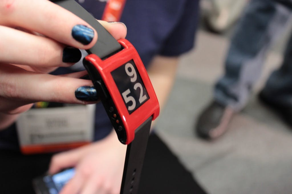 Pebble: Liefertermin der Smart Watch bekanntgegeben und Hands-On-Video [CES 2013]