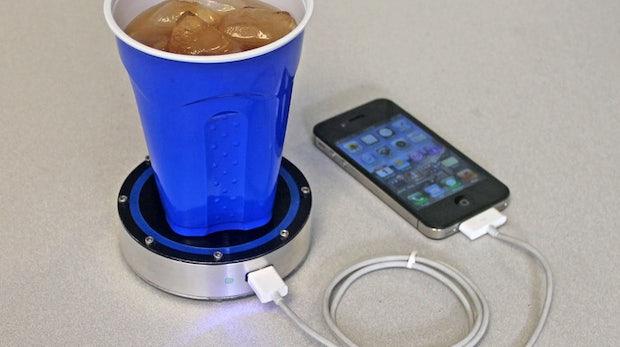 smartphone akku mit hei em kaffee oder kaltem bier laden. Black Bedroom Furniture Sets. Home Design Ideas