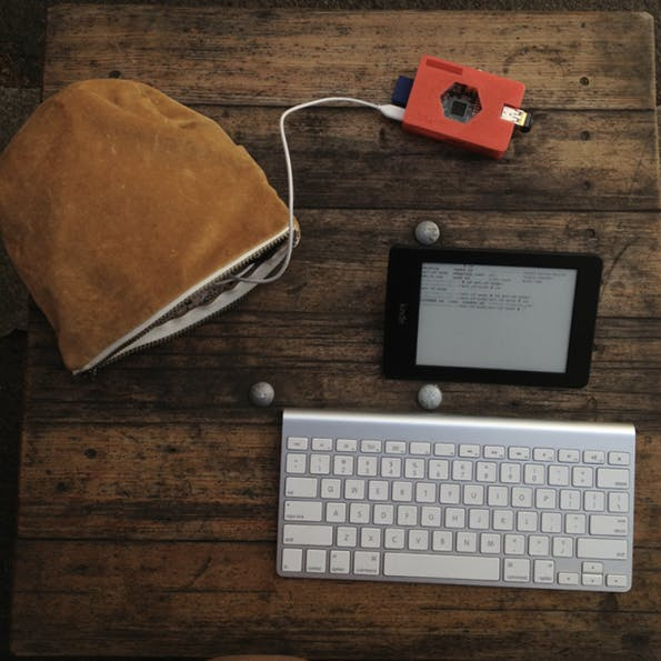 Der Kindleberry Wireless im Einsatz: Akkupack und WLAN-Router finden ihren Platz in einer kleinen Tasche.