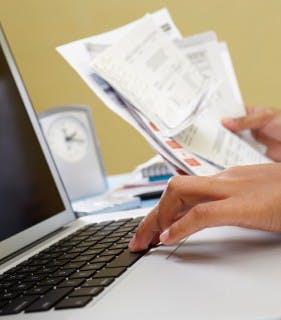 Die Rechnung ist das beliebteste Zahlungsmittel (Titelbild:  iStockphoto/steex  © Stígur Karlsson Foto: iStockphoto/AtnoYdur © Rudyanto Wijaya)