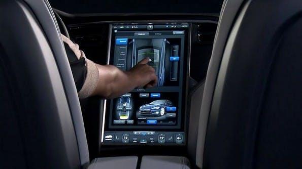 Im Tesla S steuert man alle Funktionen über einen Touchscreen, der die Mittelkonsole praktisch vollständig ausfüllt. (Quelle: Tesla Motors)