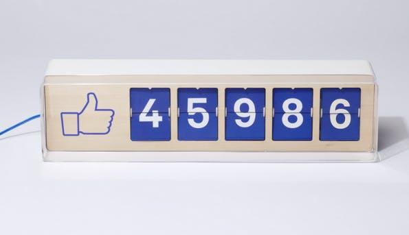 """Der Facebook-Fan-Counter Fliike wird mit Strom und einem Wlan-Anschluss betrieben und aktualisiert ständig die """"Gefällt mir""""-Angaben auf Facebook. (Screenshot: Facebook-Fan-Counter Fliike)"""