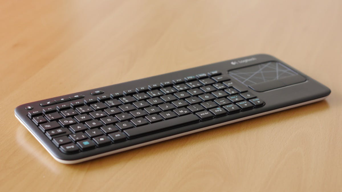 Die Logitech K400 ist keine Augenweide unter den kabellosen Tastaturen, aber dafür sehr stabil gefertigt.