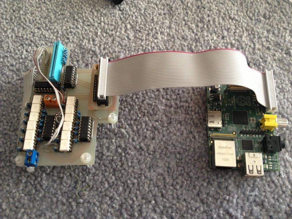 Der Raspberry Pi, verbunden mit der selbst hergestellten Steuerungsplatine für die Mikrowellen-Elektronik.