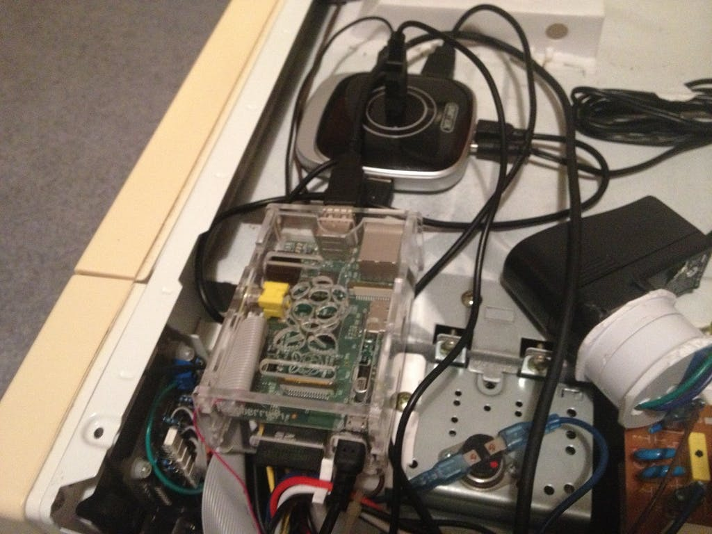 Im Inneren des Gehäuses sitzt der Raspberry Pi samt USB-Hub und restlichen USB-Komponenten wie WLAN-Adapter, Mikrofon und Lautsprecher.