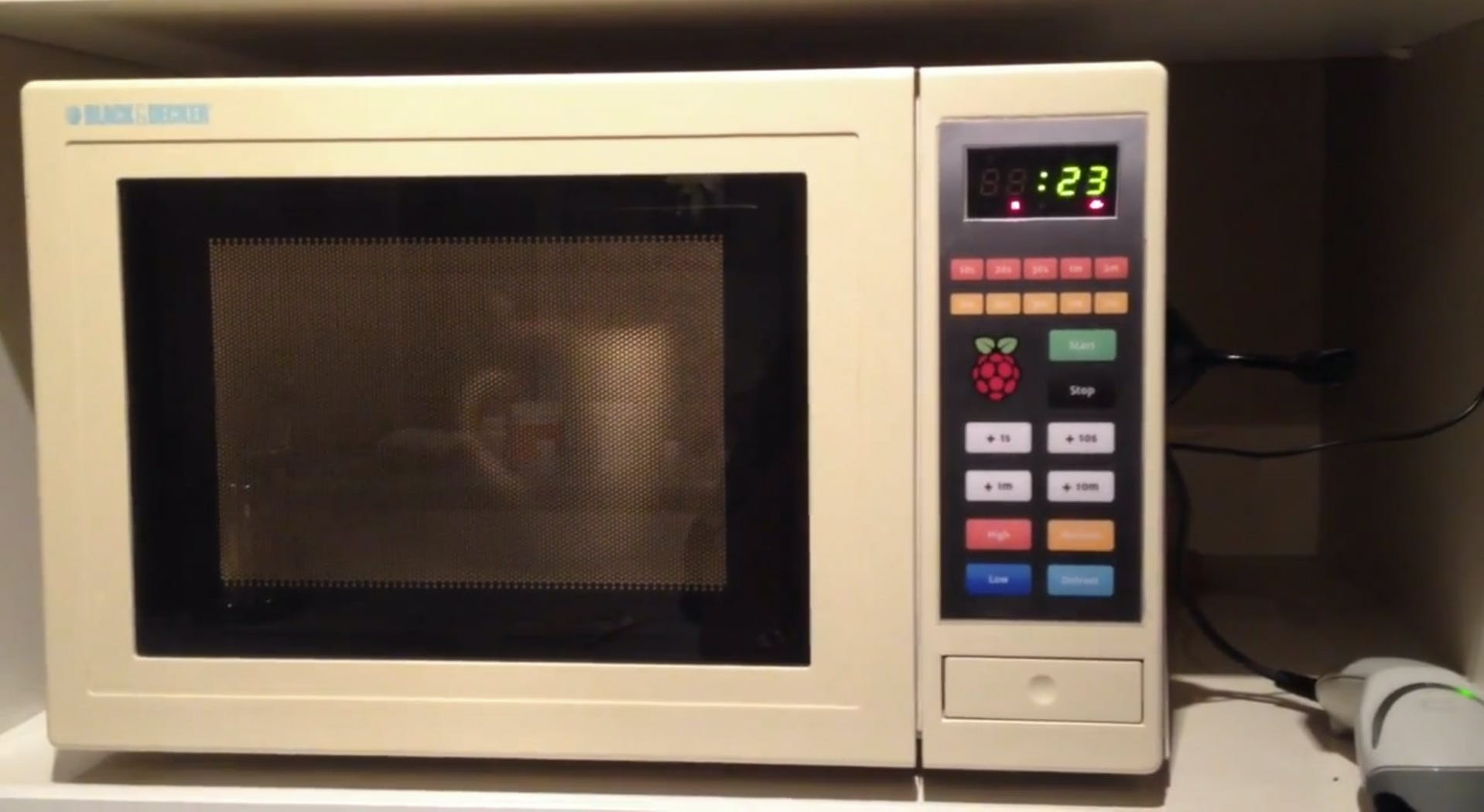 Die Raspberry Picrowave: Eine Mikrowelle mit Web-Interface, Sprachaus- und -eingabe und Barcode-Scanner für Mikrowellen-Gerichte.