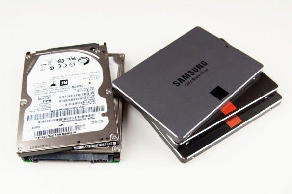 Wir haben die neue Samsung SSD 840 EVO gegen eine herkömmliche Festplatte antreten lassen.