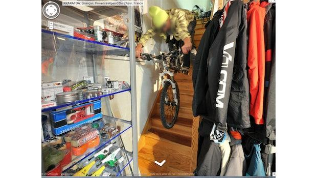 Ein besonders sehenswertes Beispiel für Google-Street-View-Photobombs in Innenräumen ist ein französischer Ski-Shop. Einige weitere Bilder aus diesem Geschäft finden sich in der Galerie am Ende des Artikels. Screenshot: hothardware.com