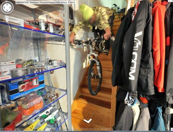 Ein besonders sehenswertes Beispiel für Google Street View Photobombs in Innenräumen ist ein französischer Ski-Shop. Einige weitere Bilder aus diesem Geschäft finden sich in der Galerie am Ende des Artikels. Screenshot: hothardware.com